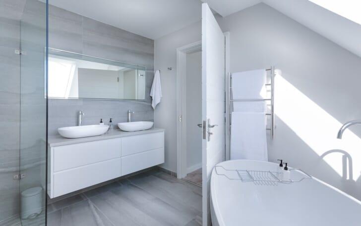 白を基調としたスタイルのバスルームの画像