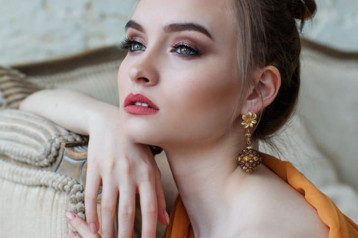 おしゃれなイヤリングをして外国人女性の写真