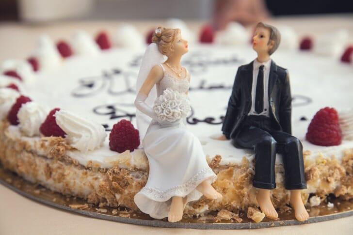 新郎新婦のフィギュアがケーキの上に乗っている画像