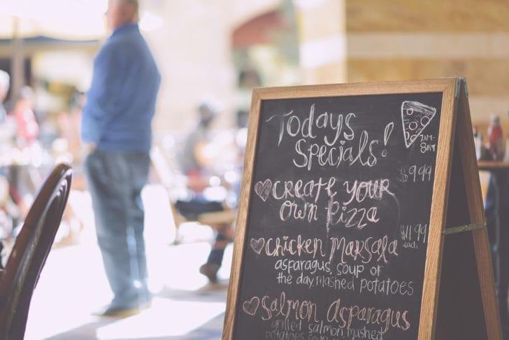 レストランの看板ボードの写真