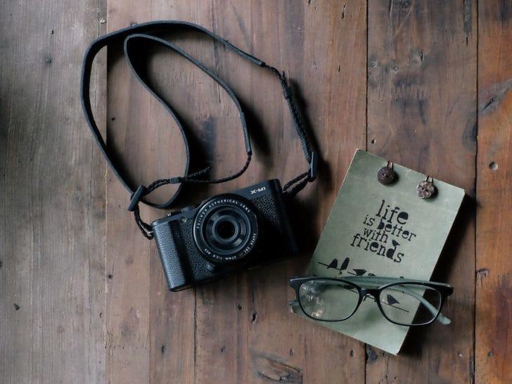 ストラップの付いたカメラの写真