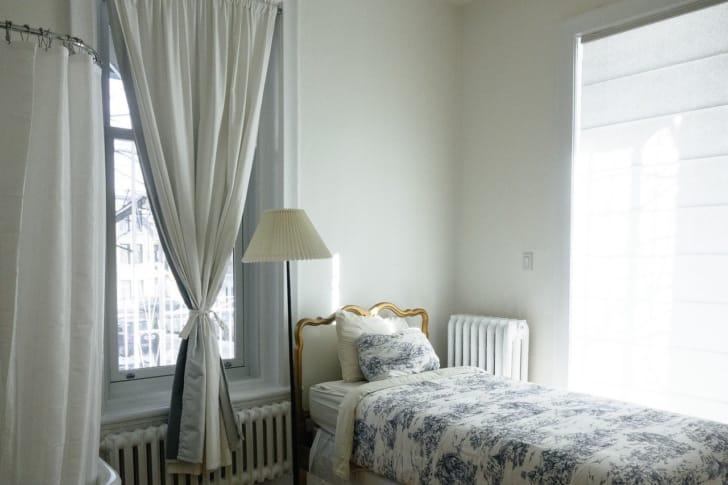 リボンのタッセルがかわいい窓際の写真
