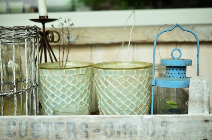 ガラスタイルが貼られた花瓶の写真