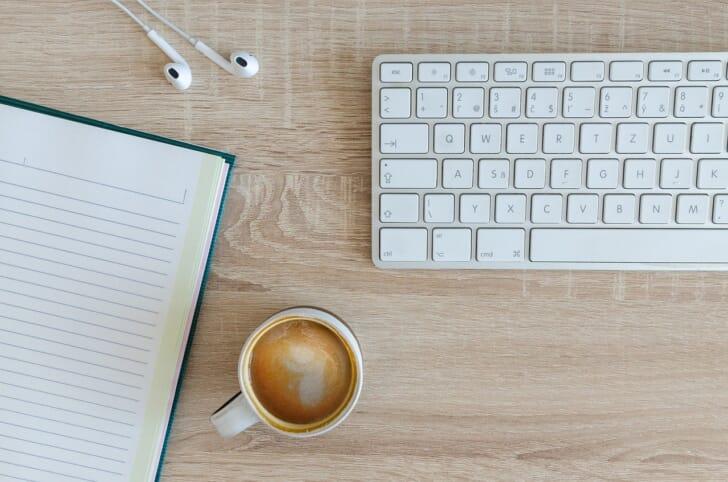 キーボードやコーヒーの写真