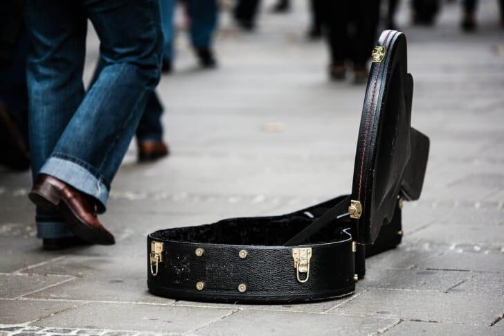 道に置かれたギターケースの写真
