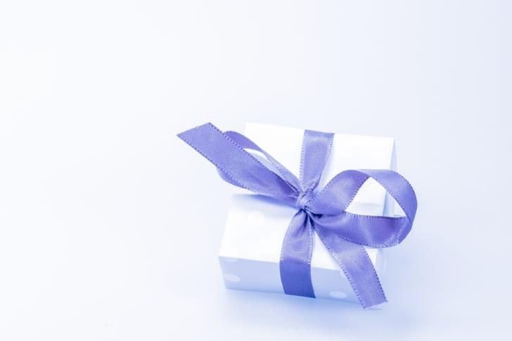 白い箱にブルーグレーのリボンがかかっているプレゼントの写真