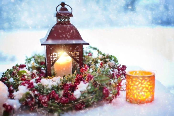 おしゃれなクリスマスリースやライトの写真