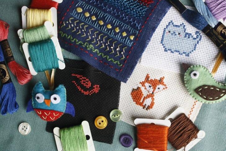クロスステッチ刺繍と糸の写真