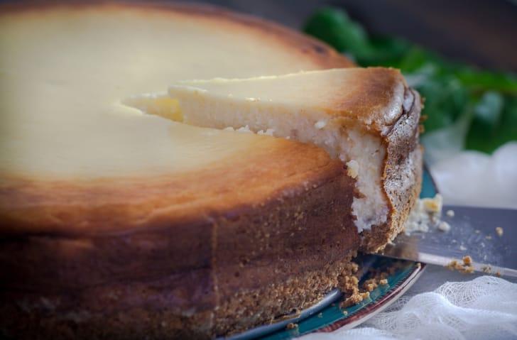 チーズケーキとケーキサーバーの写真