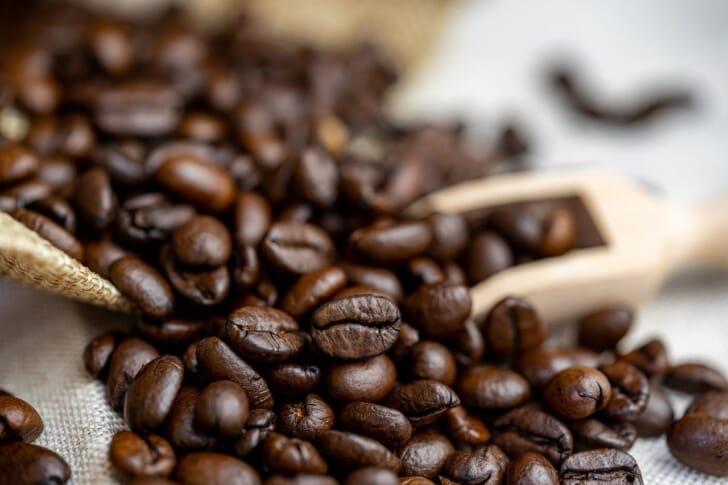 コーヒー豆とコーヒースプーンの写真