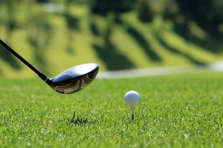ゴルフボールとドライバーの写真