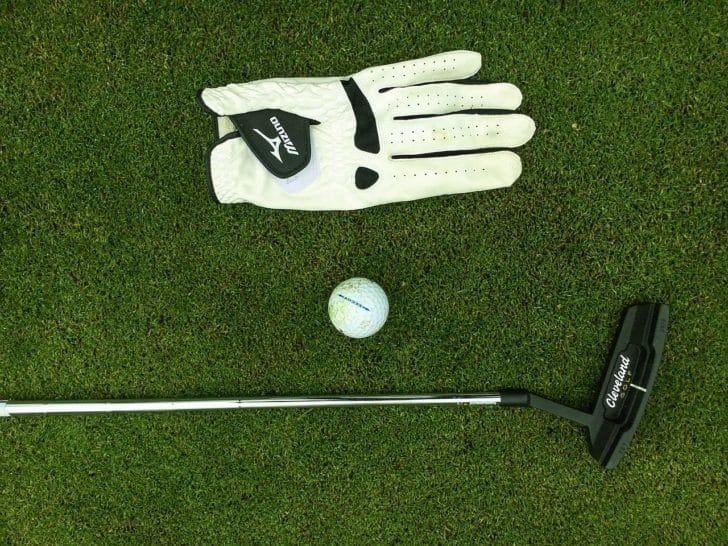 ゴルフグローブ、ボール、クラブの写真