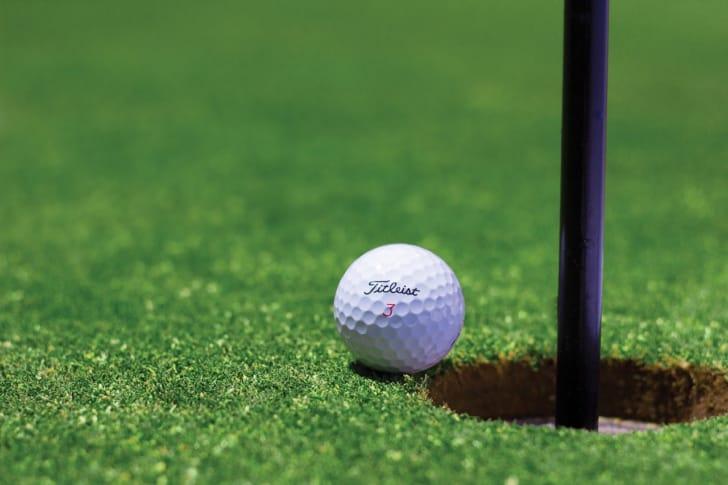 芝生の上にゴルフボールが置かれている画像