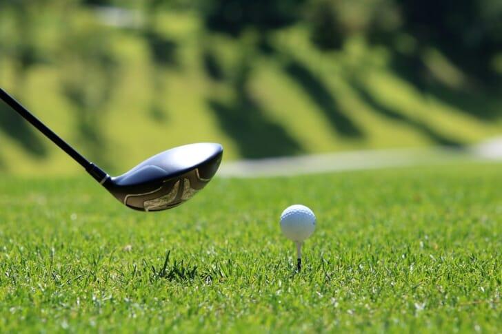 ゴルフクラブとゴルフボールの写真