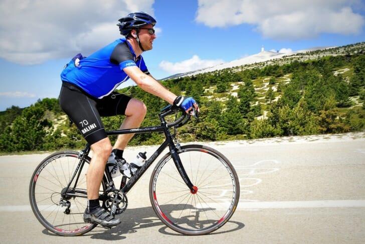 サイクルパンツを履いて自転車に乗る写真