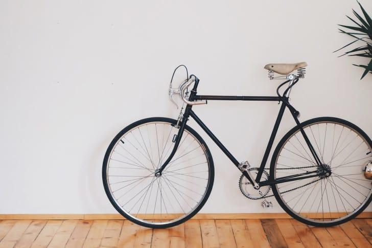 フローリングの上に自転車が置いてある写真