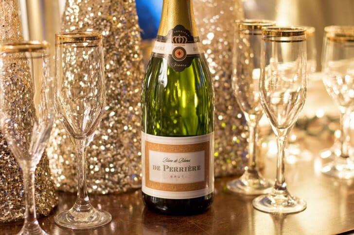 シャンパンとシャンパングラスの写真