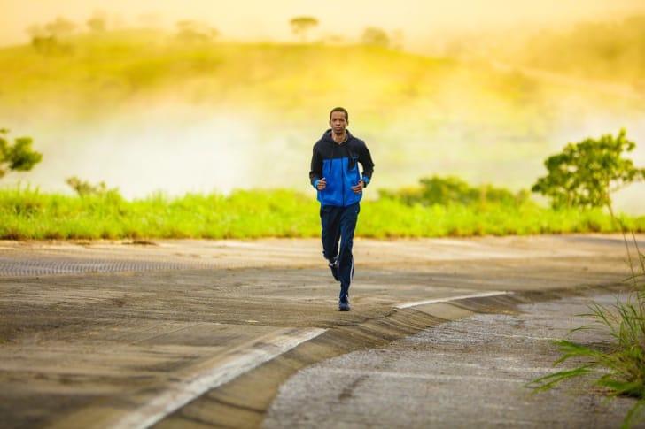ジョギングする男性の写真