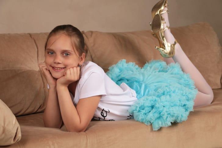 水色のパニエを履いてほほ笑む女の子の写真