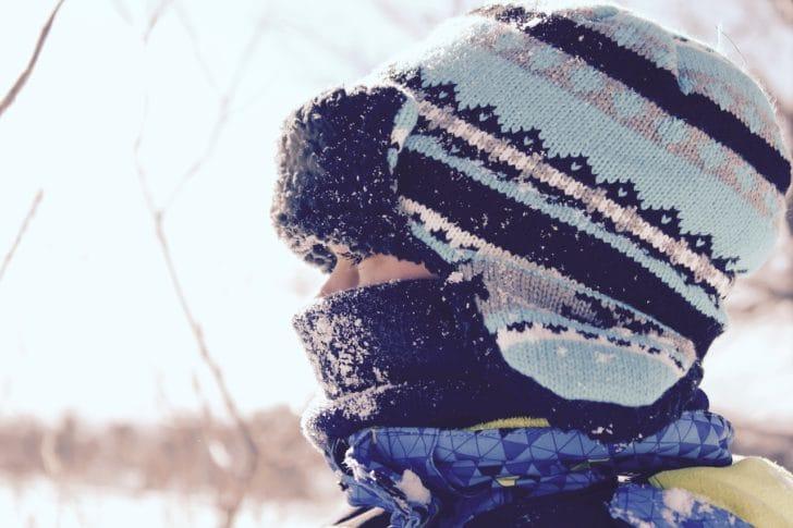 スキー帽をかぶった女性の写真