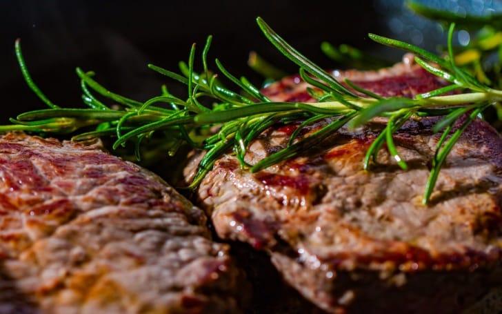 おいしそうなステーキの写真