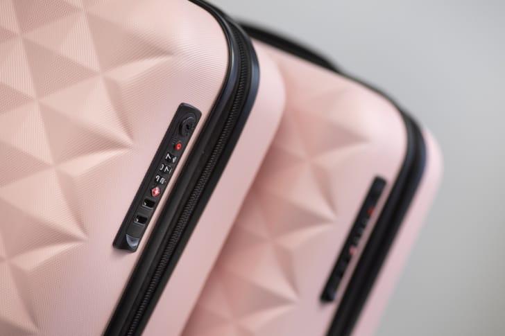 かわいいピンクのスーツケースの写真