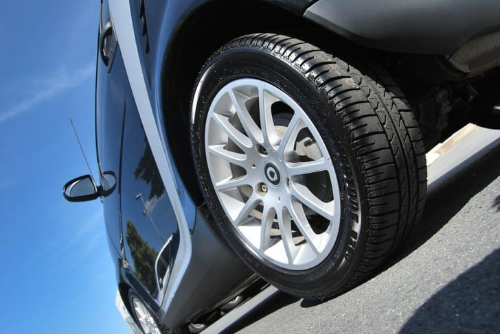 黒い車のタイヤのアップ写真