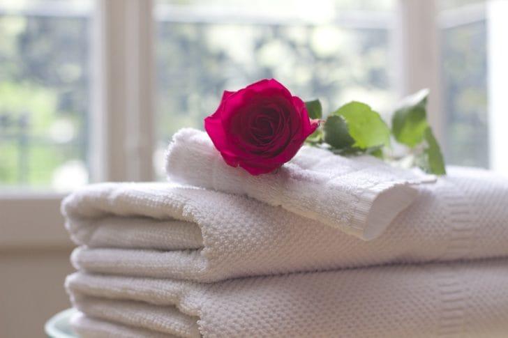 バスタオルの上にバラを置いた写真