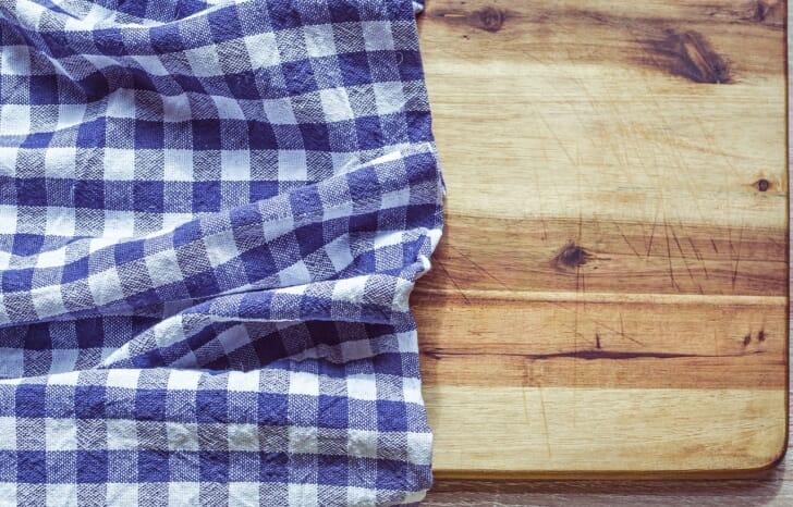 チェック柄のタオルが木製のテーブルに敷かれた画像