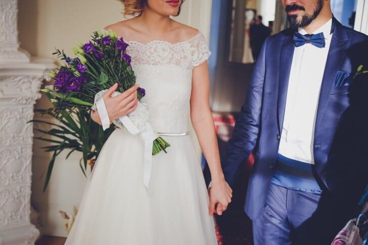 タキシードとドレスをきた人の写真