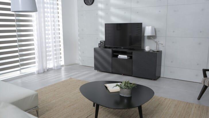 テレビとテーブルのある部屋の写真