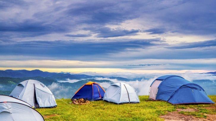 草原にテントがいくつも設営されている写真