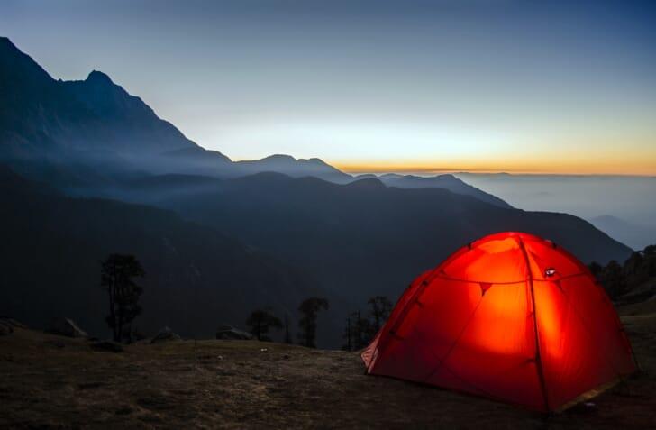ドームテントと雄大な山の写真