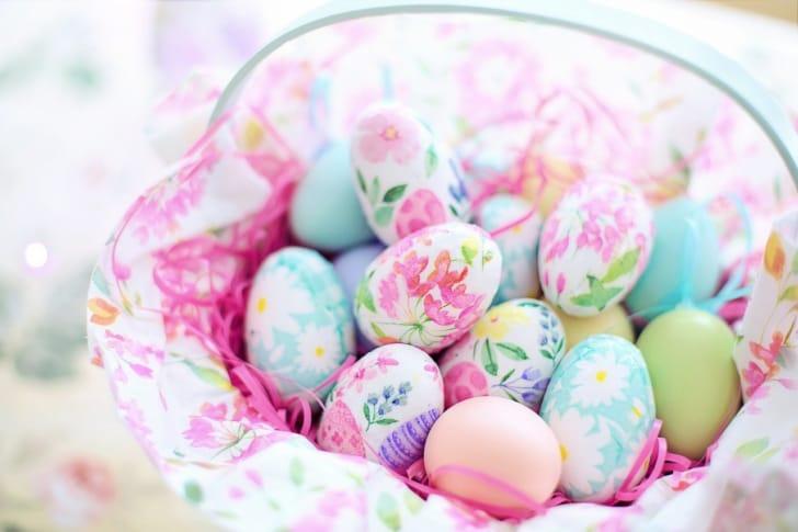 デコパージュを施している卵の写真