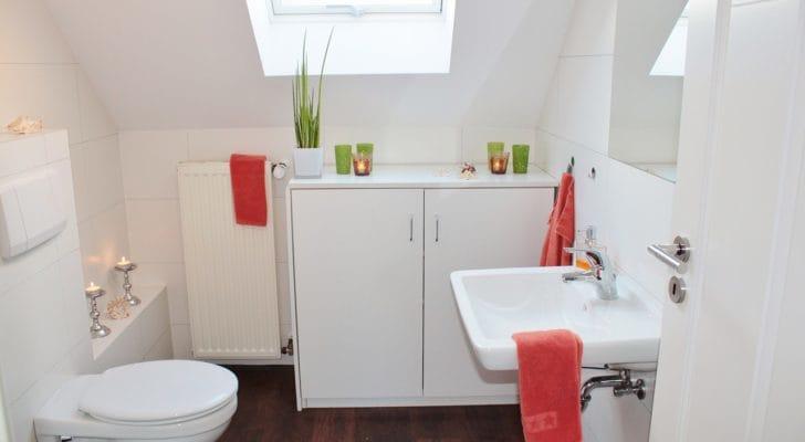 大きな収納のあるきれいなトイレの写真