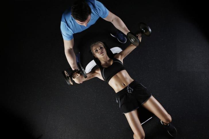 ダンベルでトレーニングする人の写真