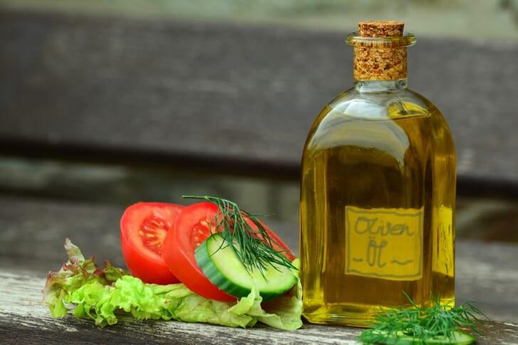 野菜とオイルドレッシングが並んでいる写真
