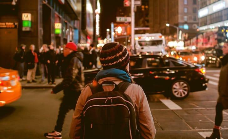 リュックを背負う旅行者の背中の写真