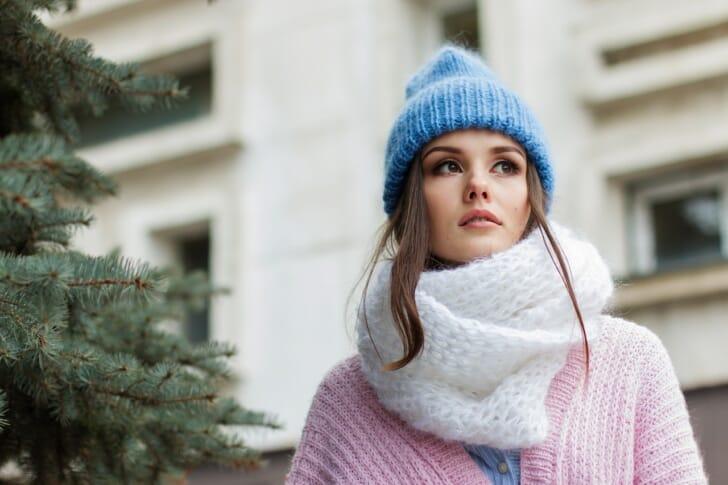 ニット帽をかぶっている女性の写真