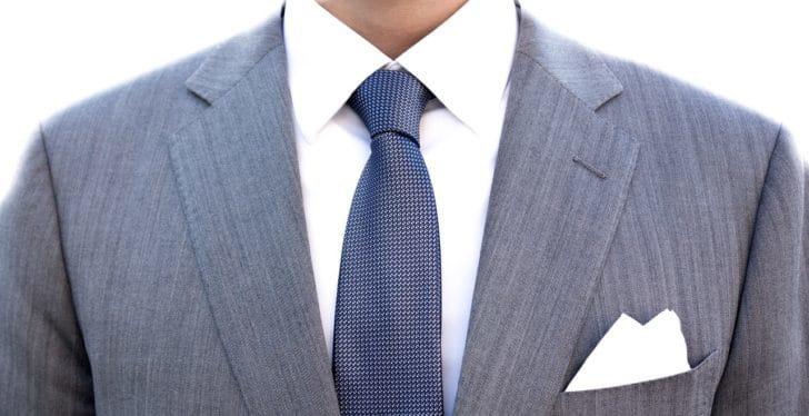 ネクタイをつけた男性の胸元の写真