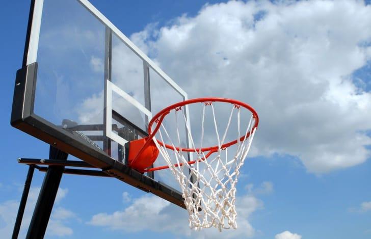 青空とバスケットゴールの写真
