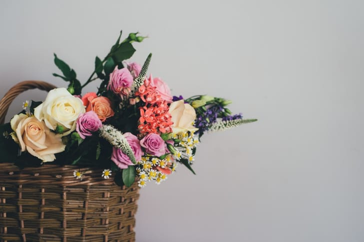 かごバックの中に花が入っている画像