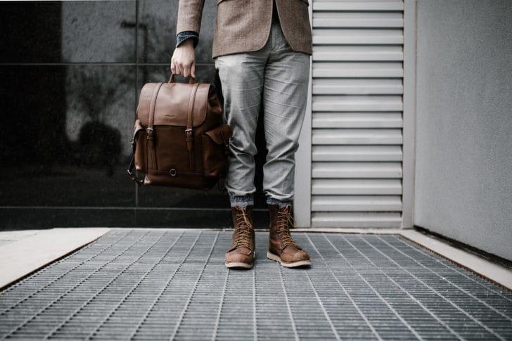 革のリュックを持った男性の写真