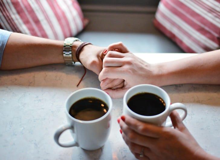 手をつなぐ恋人たちの写真