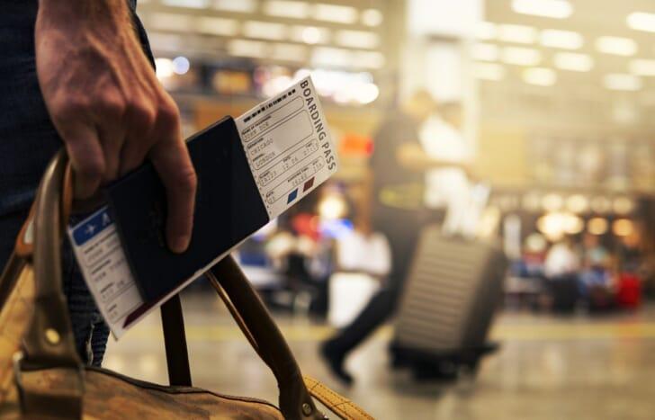パスポートと旅券を持っている写真