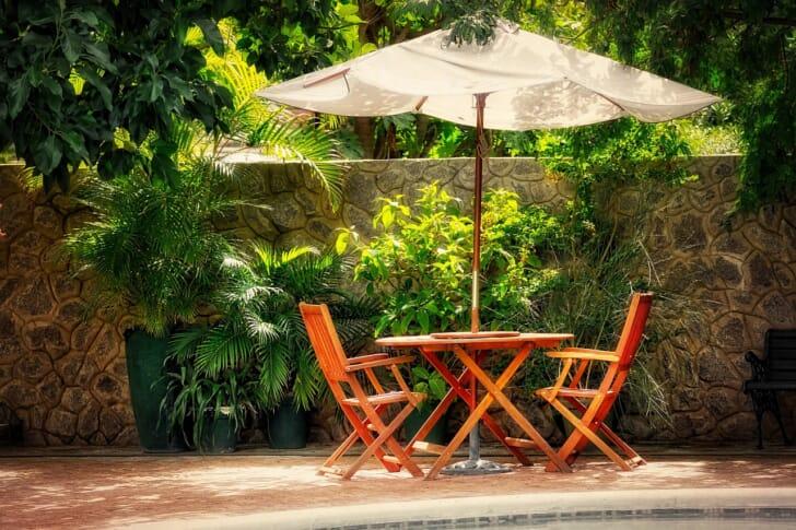 庭のパラソルとテーブルの写真