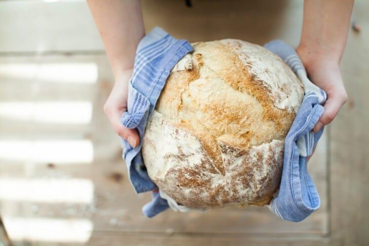焼き立てのパンを持っている写真