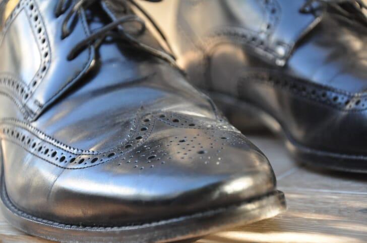 黒いウィングチップの革靴の写真