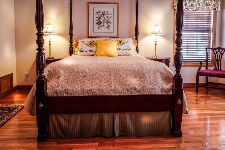 マルチカバーがかかっているベッドの写真