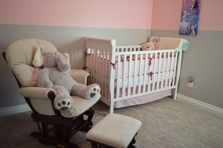 ベビーベッドがある赤ちゃんの部屋の写真